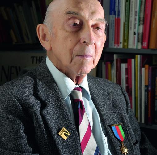 Lofti Zadeh, en su despacho