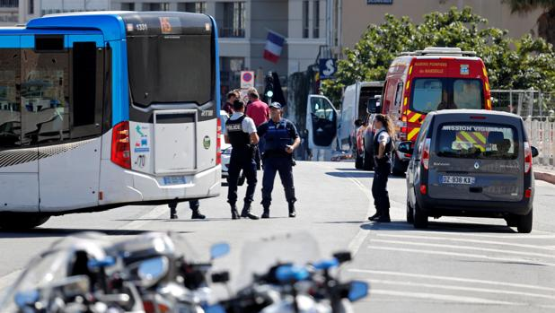 Un coche se estrella contra dos paradas de autobús en Marsella