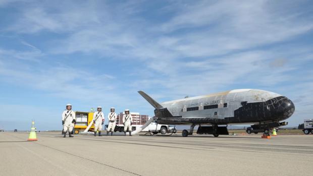 Uno de los dos aparatos X-37B en la pista. Es capaz de pasar hasta casi dos años en el espacio y aterrizar en una pista como un avión corriente