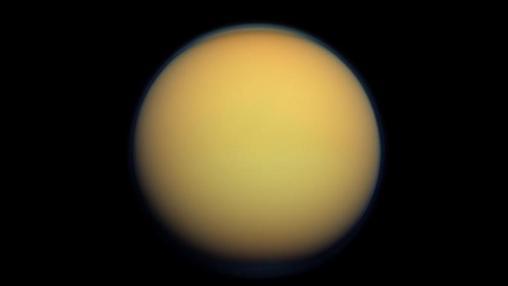 Imagen en color real de Titán, con su atmósfera de 600 kilómetros de grosor atestada de nitrógeno, captada por Cassini