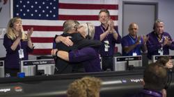 Earl Maize, director del programa de la nave Cassini en el JPL, y Julie Webster, gerente de operaciones, se abrazan en un momento emotivo junto al equipo de la misión
