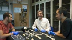 Los investigadores Antonio García-Tabernero, Antonio Rosas y Luis Ríos junto al esqueleto del estudio