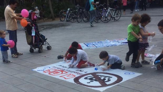 Un grupo del entorno de la CUP organizó en el barrio de Fort Pienc un acto con niños para defender el referéndum