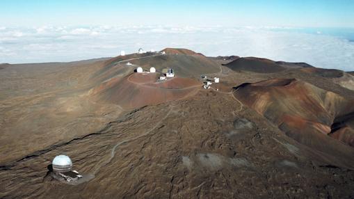 Emplazamiento propuesto para el TMT (abajo) en la montaña de Mauna Kea (Hawái)