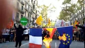 Queman las banderas española, francesa y europea en la Diada alternativa de Arran
