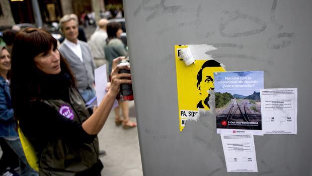 La Assemblea Nacional Catalana (ANC) celebró ayer domingo un acto en el que se repartió propaganda del referéndum por el centro de Barcelona, en una acción simbólica con algunos de sus miembros disfrazados de hombres y mujeres anuncio
