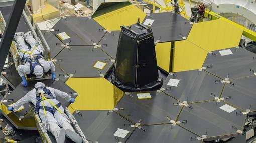 Retirada de la cobertura de los espejos del telescopio espacial James Webb