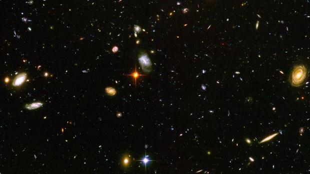 Lo más lejano: parte de una pequeña franja observada por el Campo Ultraprofundo del Hubble. Ahí se acumulan 10.000 galaxias