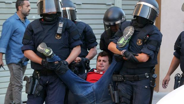 mossos denuncian a la cup por decir que ejecutan a