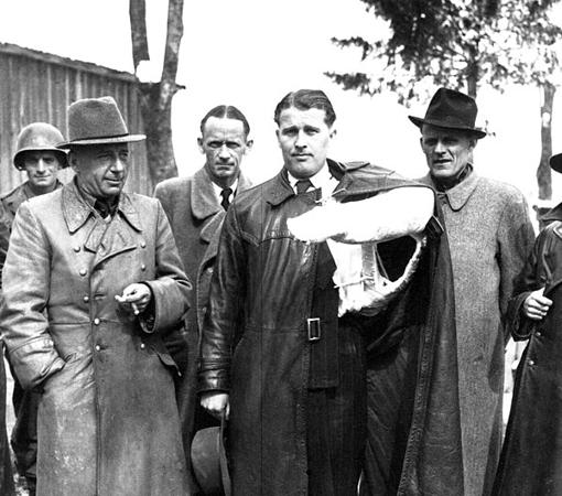 Von Brau, con el brazo roto tras un accidente de coches, en el momento de entregarse a los Estados Unidos para continuar su trabajo en cohetes