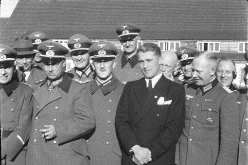 Wernher Von Braun, rodeado de los líderes nazis de los que dependieron los trabajos en la base secreta de Peenemünde