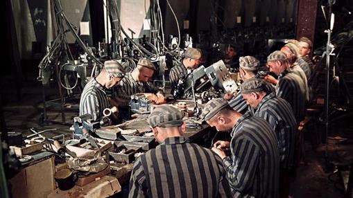 Trabajadores esclavos trabajando en un misil V-2