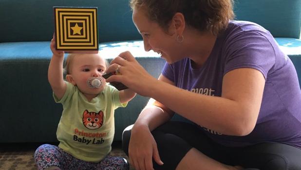 Una madre juega con su hijo en el Princeton Baby Lab