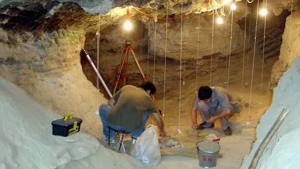 Científicos trabajan en las excavaciones de la cueva de Tianyuan