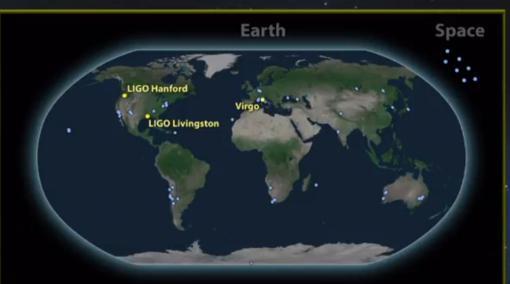 Los puntos representan los 70 observatorios astronómicos y los tres detectores de ondas gravitacionales que han participado en el hallazgo