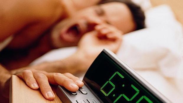 Algunas personas necesitan incluso 30 minutos para despertarse por completo después de suene el despertador