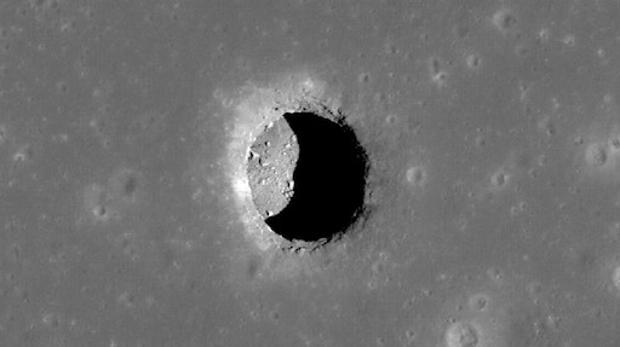En la imgen uno de los agujeros descubiertos hace años por la NASA en la Luna, posibles entradas a cuevas