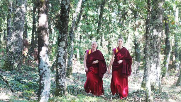 Tenzing Palmo y Tenzing Ngeyung, las dos monjas buditas gallegas, en la aldea de Ventoselo