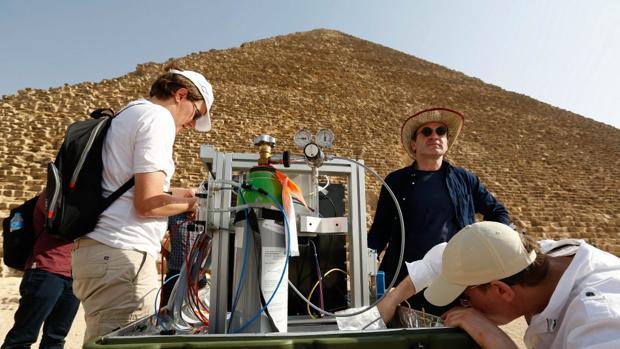 Científicos trabajan con un detector de muones para tratar de «radiografiar» el interior de la pirámide
