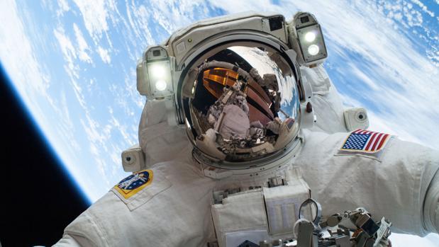 Un astronauta de NASA durante un paseo espacial