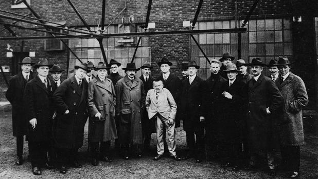 Charles Proteus Steinmentz, en el centro de la foto, en la que también aparece Albert Einstein, tomada en la estación Marconi en Somerset, Nueva Jersey, en 1921