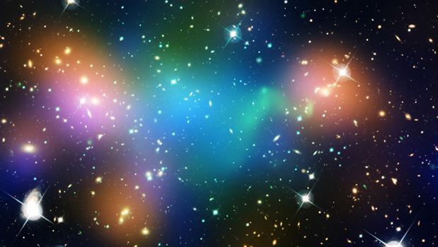 Distribución de la materia oscura, del gas y las galaxias en el núcleo del cúumulo Abell 520. La existencia de la materia oscura se infiere por el comportamiento de las galaxias
