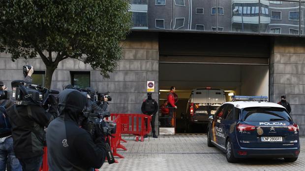 Acceso al garaje del Tribunal Superior de Justicia de Navarra de un vehículo de la Policía Foral con los cristales tintados.