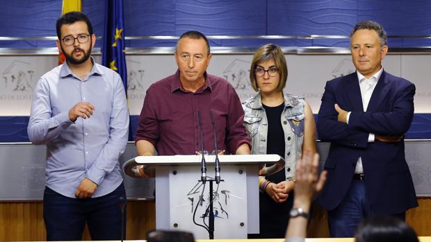 El portavoz de Compromís en el Congreso, Joan Baldoví (2-i), junto a los diputados Ignasi Candela (i), Marta Sorlí y Enric Bataller