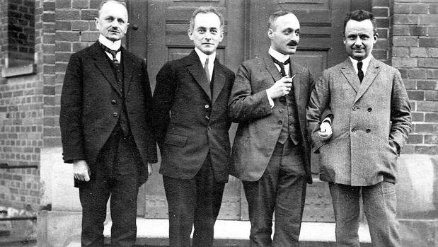 Max Born, segundo por la izquierda