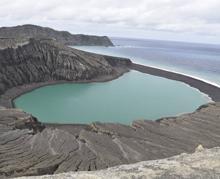 Vista desde la parte superior del cono de toba de la nueva isla de Tonga, en junio de 2017