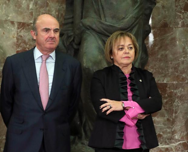 Rosa Menéndez, en su toma de posesión, con el ministro de Economía, Luis de Guindos
