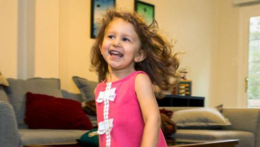 La pequeña Evelyn Villarreal, tras un tratamiento de terapia génica contra su atrofia muscular espinal de tipo 1