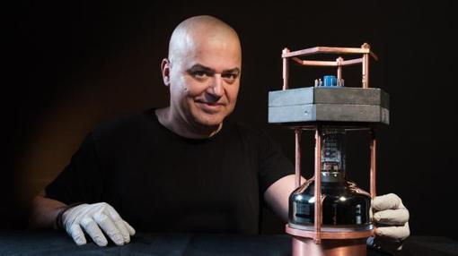 Un investigador sostiene el pequeño detector de neutrinos