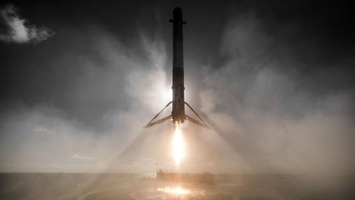 Un Falcon 9 aterriza en una plataforma después de poner dos satélites en órbita