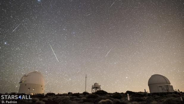 Meteoros registrados en el Observatorio del Teide (IAC) en enero de 2107. La estrella más brillante a la izquierda es Procyon (Canis Minor), Castor y Pollux (Géminis) casi en el centro. El cúmulo que se observa en la parte superior es el del Pesebre (Beehive Cluster) en la constelación de Cáncer. La mayor parte de loa meteoros registrados son Cuadrántidas