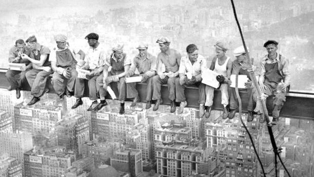 Resultado de imagen para «Lunch atop a Skyscraper» (Almuerzo en lo alto de un rascacielos) - Wikipedia