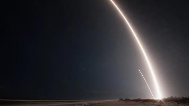 Imagen con alto tiempo de exposición que muestra la estela del lanzamiento del cohete Falcon 9 (derecha) y el rastro dejado con su aterrizaje (izquierda)