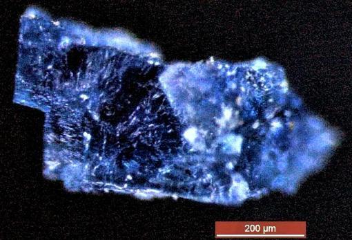 Fotografía ampliada de un pequeño cristal rico en moléculas orgánicas. Se encontró en un meteorito caído en Marruecos en 1998