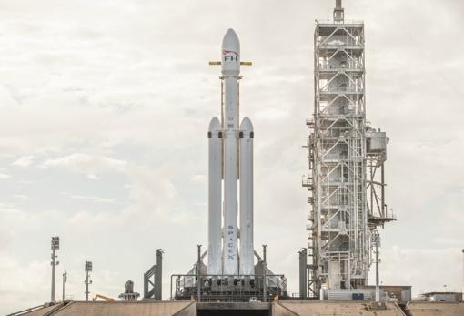 El Falcon Heavy antes del lanzamiento. Los tres cilindros de la parte inferior son las primeras etapas. Debían aterrizar después de volar al espacio e impulsar a una segunda etapa (en la parte superior), donde iba el descapotable