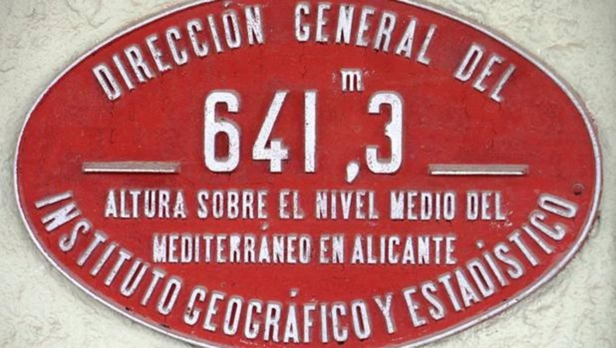 ¿Por qué hay una placa con la altitud sobre el nivel del mar en todas las estaciones de tren españolas?