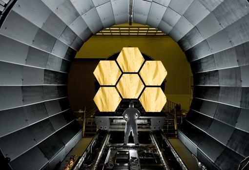Un ingeniero observa un montaje con 6 de los 18 espejos del JWST antes de introducirlos en una cámara de vacío y criogenización