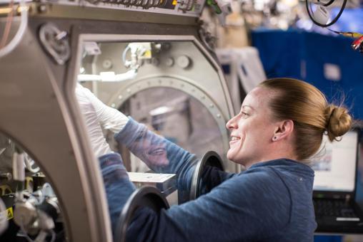 La astronauta de la NASA Kate Rubins trabaja en una instalación dentro del laboratorio Destiny de la estación donde se llevará a cabo el experimento Micro-11. Proporciona un entorno sellado para realizar experimentos científicos y tecnológicos