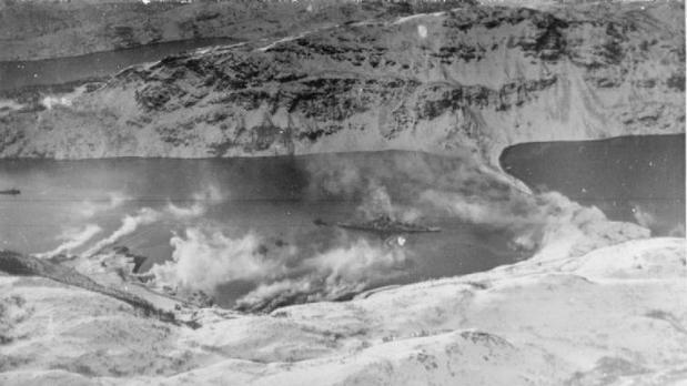 El Tirpitz, amarrado en un fiordo noruego. El humo es artificial y pretendía ocultar el acorazado