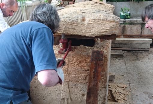 Apertura del sarcófago hallado en San Fermo di Maggiore