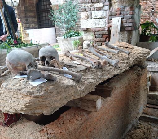 Unas obras en la iglesia de San Fermo di Maggiore, en Verona (Italia), revelaron un sarcófago en 2016. Podría ser la tumba de Arnaldo de Torroja, gran maestre templario. La confirmación depende de análisis de ADN de Guillermo de Torroja, hermano de Arnaldo enterrado en Tarragona.