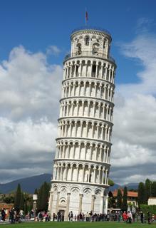 Espectacular inclinación de la torre. Se puede apreciar la distinta inclinación del último piso