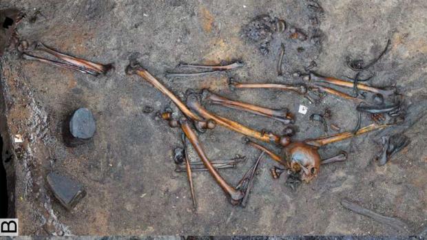 Extremidades inferiores de dos individuos junto con restos desarticulados adicionales