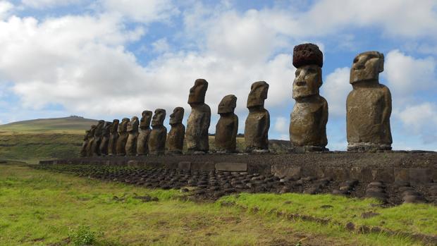 Moais en la costa sur de Rapa Nui. Uno de ellos está adornado con un pukao de escoria roja