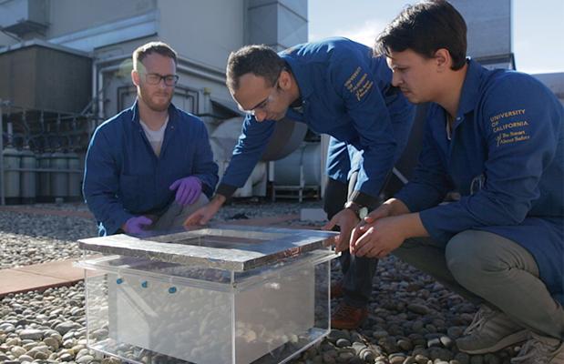 Markus Kalmutzki, Farhad Fathieh y Eugene Kapustin, investigadores responsables de la cosechadora de agua de aire del desierto
