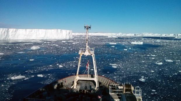 La proa del rompehielos RRS James Clark Ross en una expedición científica en 2014, durante la cual los científicos descubrieron la fuente de calor volcánico activa debajo del glaciar
